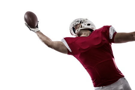 白い背景にキャッチを作る赤い制服のフットボール選手。
