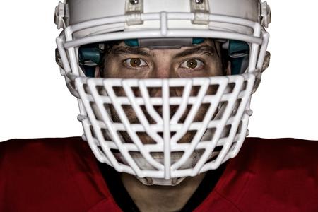 jugador de futbol: Close up en los ojos de un jugador de f�tbol con un uniforme rojo sobre un fondo blanco.