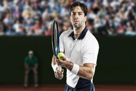 Le joueur de tennis en jouant sur un court de tennis en terre battue. Banque d'images - 40347922
