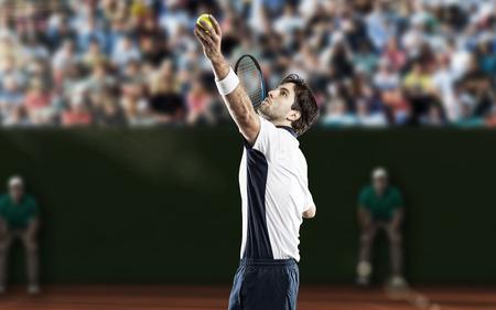 jugando tenis: Jugador de tenis que juega en una cancha de tierra batida. Foto de archivo