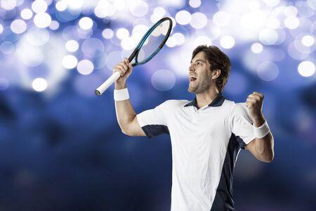 jugando tenis: Jugador de tenis la celebración, en un fondo de luces de color azul.