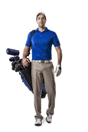 uniform: Jugador de golf en una camiseta azul caminando con una bolsa de palos de golf en la espalda, sobre un fondo blanco.