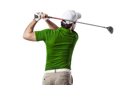 columpio: Jugador de golf en una camisa verde que toma un oscilaci�n, sobre un fondo blanco.