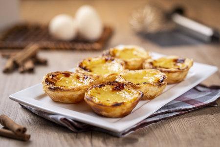 "Tipiche torte di crema pasticcera portoghesi - ""Pastel de Nata"" o ""Pastel de Belem"". pasticceria tradizionale portoghese."