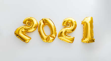 2021 balloon text on white background. Happy New year eve invitation with Christmas gold foil balloons 2021. Flat lay long web banner Banco de Imagens