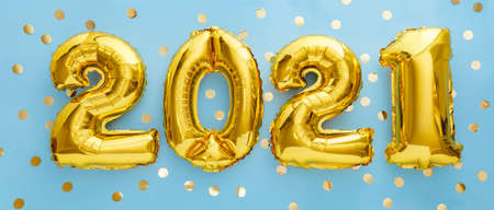 2021 golden balloon text on blue background with confetti. Happy New year eve invitation with Christmas gold foil balloons 2021. Flat lay long web banner Banco de Imagens