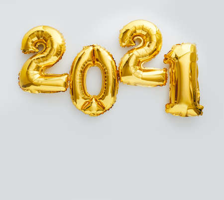 2021 balloon text on white background. Happy New year eve invitation with Christmas gold foil balloons 2021. Square flat lay with copy space Banco de Imagens