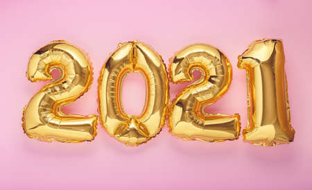 2021 year air balloon numbers on pink background. Happy New year eve invitation with Christmas gold foil balloons 2021. Flat lay long web banner Banco de Imagens - 160536905