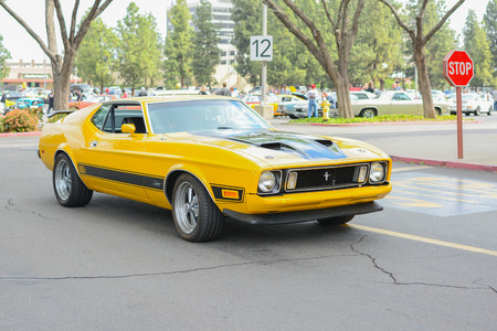 mach: Woodland Hills, CA - Abril 5, 2015: Ford Mustang Mach 1 classic car on display at the Supercar Sunday Pre-1973 Muscle car event.