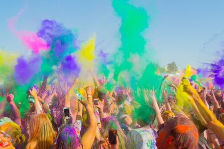 gente celebrando: Norwalk, California, EE.UU. - 07 de marzo 2015: La gente celebra durante el lanzamiento del color en el Festival de Holi de colores Editorial