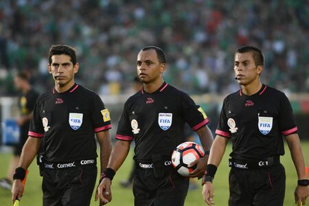 arbitros: Pasadena, USA - June 09, 2016: Referees during Copa America Centenario match Mexico vs Jamaica at the Rose Bowl Stadium.