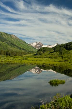 꼭대기가 눈으로 덮인: Clear beautiful stream beneath a snow-capped mountain