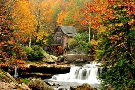 Alte Mühle und Wasserfall im Herbst, Glades Grist Mill. Standard-Bild