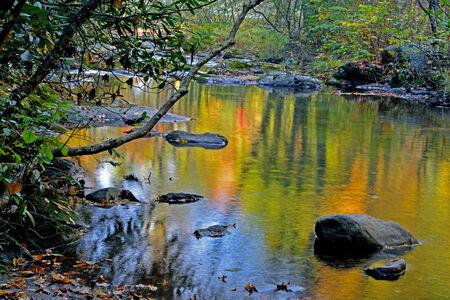 smokies: Reflejos en el agua ca�da hermosas en las Monta�as Humeantes.