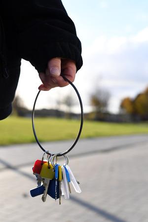 그녀의 손에 열쇠를 들고있는 사람 스톡 콘텐츠
