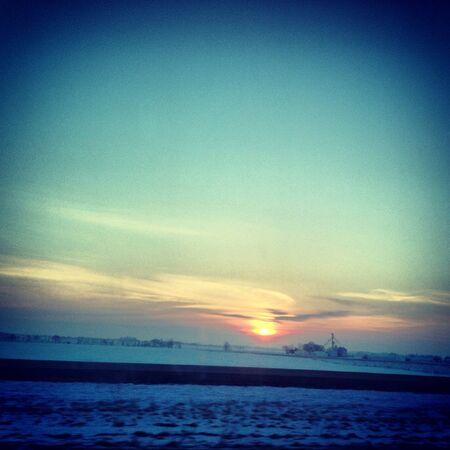 冬の終わりには早朝の日の出。寒い朝がまだ太陽見えた暖かいので、雲が太陽の周りのフォームに見えます。