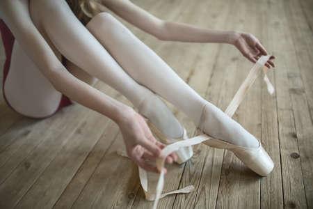 ballet: Bailarina profesional que pone en sus zapatos de ballet.