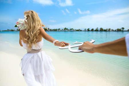 몰디브에 젊은 부부의 신혼 여행. 스톡 콘텐츠