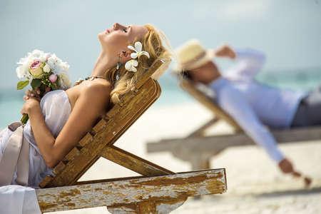 luna de miel: la pareja se encuentran en las tumbonas de la playa
