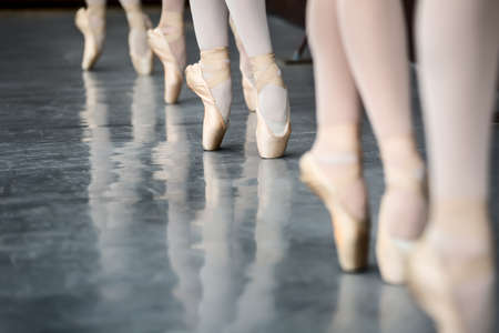 Legs dancers on pointe, near the choreographic training machine. 스톡 콘텐츠