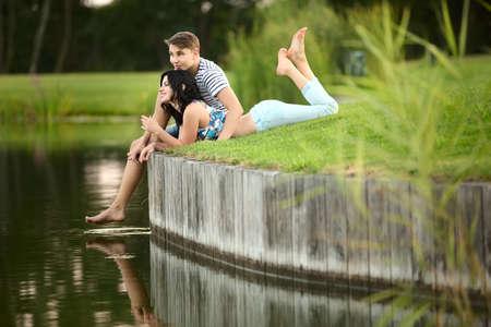 couple amoureux: Jeune couple amoureux près de l'eau Banque d'images