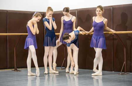 danza clasica: grupo de adolescentes implicados en la coreograf�a de la sala de baile cerca de la barra