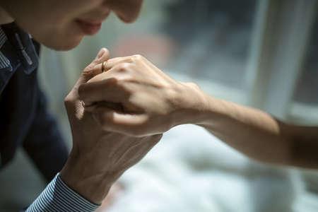 Der Bräutigam nahm seinen geliebten Ehefrauen Hand mit einem Ring und zog sie an den Mund, küssen konnte