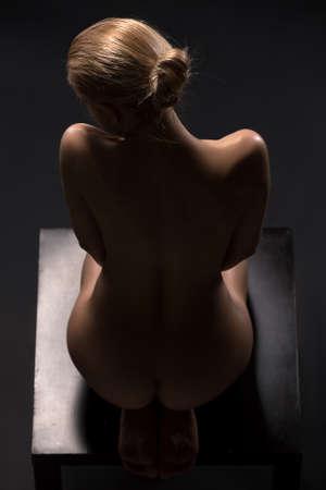 desnudo de mujer: Las bellas artes desnuda de rubia desnuda en el estudio. La iluminación en el estilo de bajo perfil.