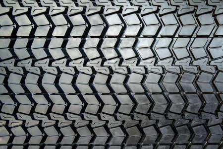 rodamiento: Foto gruesa textura de rodadura del neum�tico negro gran cami�n de cerca.