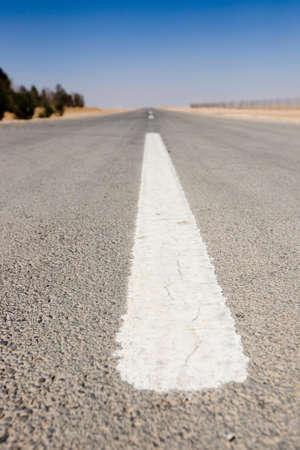 perspectiva lineal: se�al de tr�fico en el desierto de Siria. Temporada de verano. Foto de archivo