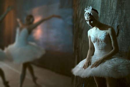 zapatillas ballet: Bailarina estrella de pie detrás del escenario antes de salir al escenario para un programa en solitario en el escenario en una actuación del Lago de los Cisnes, ver el perfil. Repetición. Foto de archivo