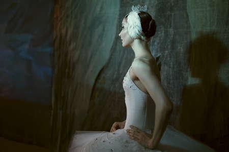 danza clasica: Bailarina estrella de pie detrás del escenario antes de salir al escenario para un programa en solitario en el escenario en una actuación del Lago de los Cisnes, ver el perfil. Repetición. Foto de archivo