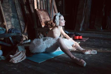 zapatillas ballet: Prima ballerina sentado en el warm-up en el backstage antes de salir al escenario para un programa en solitario en el escenario en una actuaci�n del Lago de los Cisnes, ver el perfil. Repetici�n.