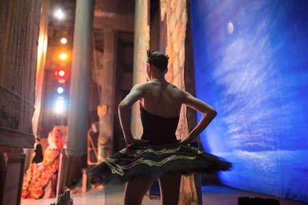 ballet clásico: Bailarina estrella de pie detrás del escenario antes de salir al escenario para un programa en solitario en el escenario en una actuación del Lago de los Cisnes, ver el perfil. Repetición. Foto de archivo