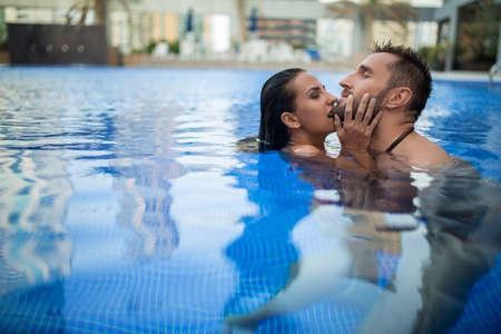 Mädchen Küssen Mädchen Der Pool
