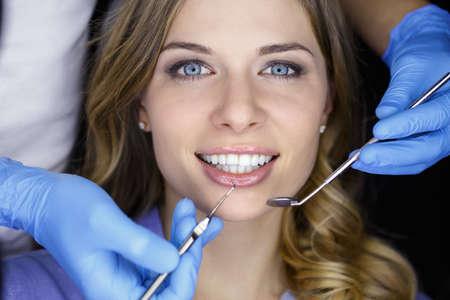 dentista: Chica con hermosos dientes blancos en la recepci�n en el dentista m�dico.