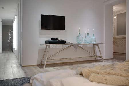 #68508285   Innenraum In Einer Modernen Art Mit Weißen Wänden Und Einem  Parkett Mit Einem Teppich Auf Dem Boden. Es Gibt Einen Holztisch Mit Kerzen  In ...