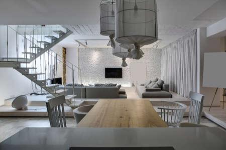 #67438416   Modernes Interieur Mit Weißen Wänden. Es Ist Eine Weiße  Holztreppe Mit Metallgeländer, Grau Sofas Mit Kissen, Leuchtende Lampen, ...