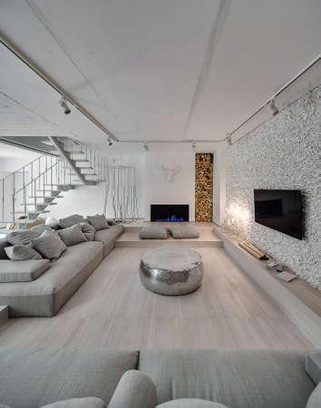 Weiße Holztreppe zimmer im modernen stil mit weißen wänden es gibt eine weiße