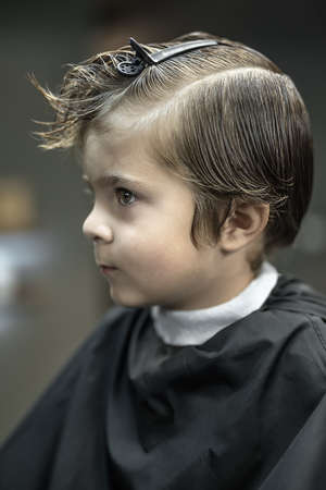 Portrait of little boy in barbershop Zdjęcie Seryjne