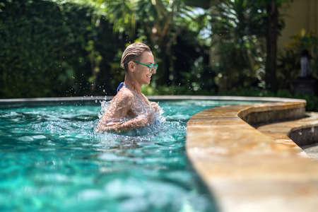 Blond meisje in zwembad