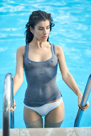 スイミング プール屋外でモデルします。 写真素材