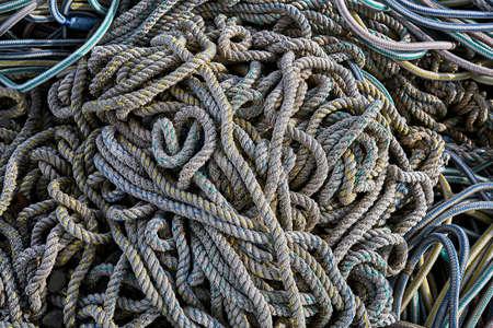 横になっている枝編み細工品ロープ