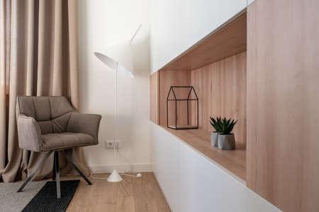 Interior moderno y elegante con paredes blancas y parquet