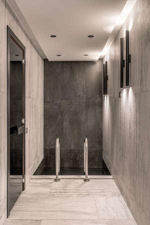 Petite piscine à l'intérieur d'un intérieur moderne avec lampes lumineuses