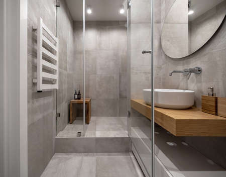 Stylowa nowoczesna łazienka z jasnymi kafelkami na ścianach i podłodze Zdjęcie Seryjne