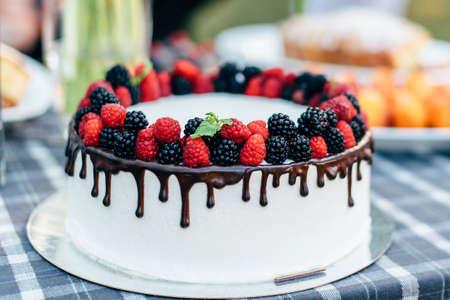delicious white cake with raspberries and blackberries 版權商用圖片