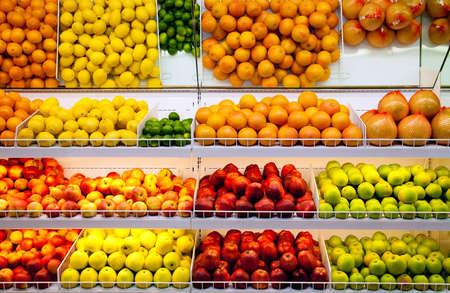 magasin: Contrer avec des fruits frais dans un supermarch� Banque d'images