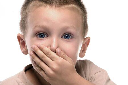 avergonzado: un ni�o dice algo y se averg�enza