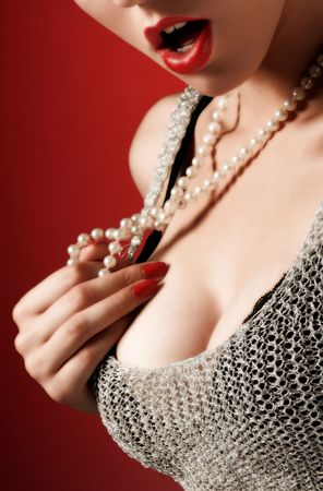 woman sad: Inteligente retrato de la belleza femenina con perlas  Foto de archivo